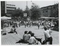 1970-2177 Publiek, paviljoentjes en terrassen op het Beursplein tijdens de Manifestatie C70.