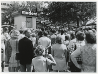1970-2178 Tijdens de Manifestatie C70 kijken mensen naar de onzichtbare sneltekenaar in een paviljoentje van Philips op ...