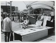 1970-2180 Tijdelijke galerie op het Beursplein waar tekeningen worden verkocht tijdens de Manifestatie C70