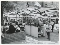 1970-2181 Onder de tijdelijke polyester afdakjes op het Beursplein worden kunstvoorwerpen verkocht tijdens de ...