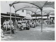 1970-2182 Wandelend publiek en mensen op bankjes op het Beursplein tijdens de Manifestatie C70.