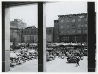 1970-2184 Een blik vanaf het Beursgebouw op het Beursplein met terrassen en tijdelijke paviljoens tijdens de ...