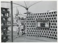 1970-2213 Kinderen lopen door de buitenexpositie van het Historisch Museum op de Blaak / Coolsingel in het kader van de ...