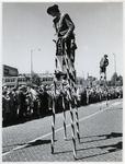 1970-2632 Steltlopers op de Vondelweg in een optocht door de stad ter gelegenheid van de Manifestatie C70.