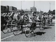 1970-2633 Fietsende clowns op de Vondelweg in een optocht door de stad ter gelegenheid van de Manifestatie C70.