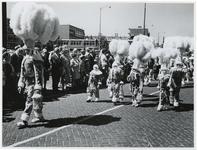 1970-2634 Verklede kinderen lopen op de Vondelweg in een optocht door de stad ter gelegenheid van de Manifestatie C70.