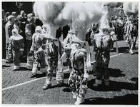 1970-2635 Verklede kinderen lopen op de Vondelweg in een optocht door de stad ter gelegenheid van de Manifestatie C70.