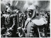 1970-2636 Verklede mannen lopen op de Vondelweg in een optocht door de stad ter gelegenheid van de Manifestatie C70.