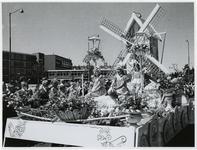 1970-2638 Een praalwagen rijdt op de Vondelweg in een optocht door de stad ter gelegenheid van de Manifestatie C70.