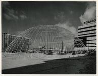 1970-420 Voorbereiding van de Manifestatie C70. Bij het Weena en het Stationsplein wordt een koepelvormig paviljoen van ...