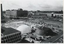 1970-514 Voorbereiding van de Manifestatie C70. Op het Weena, achter de Doelen worden koepelvormige paviljoens van ...