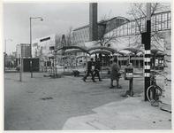 1970-537 Voorbereiding van de Manifestatie C70. Op het Beursplein worden polyester afdakjes neergezet voor C'70.