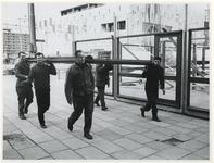 1970-538 Op het Beursplein zijn mannen bezig met de bouw van een paviljoen voor de manifestatie C70.