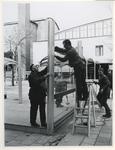 1970-539 Op het Beursplein zijn mannen bezig met de bouw van een paviljoen voor de manifestatie C70.