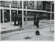 1970-540 Op het Beursplein zijn mannen bezig met de bouw van een paviljoen voor de manifestatie C70.