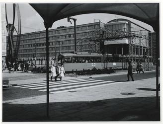 1970-683 Zebrapad bij de Van Oldenbarneveltplaats ter hoogte van de Coolsingel. De tram rijdt onder een bouwwerk door ...