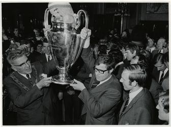 1970-726 Burgmeester Thomassen en Feyenoordspeler Rinus Israël met de Europacup I.