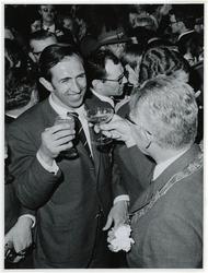 1970-728 Burgmeester Thomassen en Feyenoorddoelman Eddy Pieters-Graafland na de winst van de Europacup I.