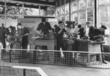 1971-608 Een stand in de Ahoy-hal waar leerlingen van een technische school een demonstratie geven in fijn bankwerken ...