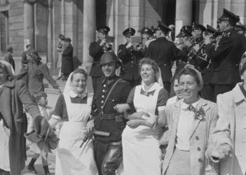 1971-858 Bevrijdingsvreugde na de Duitse bezetting, een militair en verpleegsters dansend op de Coolsingel voor het ...
