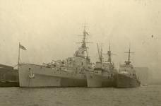 1971-861 Oorlogsschepen in een Rotterdamse haven ter gelegenheid van de Vlootweek. Geheel links de Engelse kruiser Bellona.