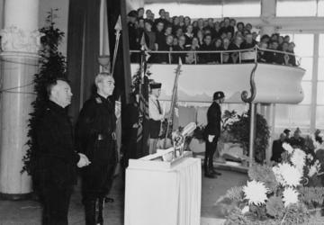 1972-708 Bijeenkomst van de NSB in de Rivièrahal van de Diergaarde Blijdorp. Op het podium staan links ir. A. Mussert, ...