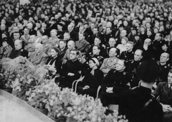 1972-712 NSB-bijeenkomst in de Rivièrahal van de Diergaarde Blijdorp. Overzicht van de hal met op de eerste rij: ...