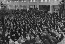 1972-716 NSB-bijeenkomst in de Rivièrahal van de Diergaarde Blijdorp. Overzicht van de hal met op de eerste rij: ...