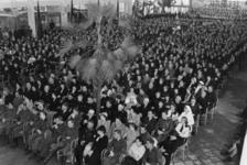 1972-718 NSB-bijeenkomst in de Rivièrahal van de Diergaarde Blijdorp. Overzicht van de hal met een aandachtig publiek ...