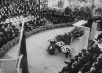 1972-720 NSB-bijeenkomst in de Rivièrahal. Op het podium in het midden C. van Geelkerken, plaatsvervangend leider en ...