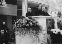 1972-722 NSB-bijeenkomst in de Rivièrahal. Op het podium in het midden C. van Geelkerken, rechts burgemeester F.E. ...