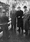 1972-734 NSB-bijeenkomst in de Rivièrahal. Drie mannen met in het midden burgemeester van Rotterdam ir. F.E. Müller.