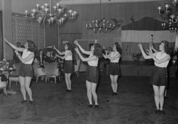 1972-763 NSB-activiteiten: gymnastiekdemonstratie in het beurscafé.