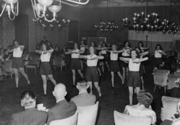 1972-764 NSB-activiteiten. Gymnastiekdemonstratie in het Beurscafé.
