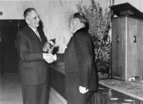 1974-2094 De heer ir. F. Posthuma, directeur van het Gemeentelijk Havenbedrijf, wordt wegens zijn 25-jarig ...
