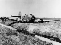 1975-430 Het wrak van een Duits transportvliegtuig, Junkers Ju 52, na een noodlanding op een weiland nabij Overschie.