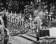 1975-484 Op de Algemene Begraafplaats Crooswijk worden de militairen herdacht die bij de verdediging van Rotterdam zijn ...