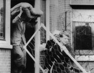 1975-487 Na het Duitse bombardement van 14 mei 1940 wordt een inzamelingsactie voor de slachtoffers gehouden. Op de ...