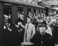 1975-491 Kinderuitzending van het station Delftse Poort naar de Oostmark in Oostenrijk. De trein staat gereed voor het ...