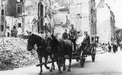 1976-1859 De verwoeste Wijnstraat. Links zijn arbeiders bezig met puinruimwerkzaamheden. In het midden een paard en ...