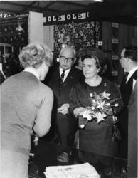 1977-2259 Mevrouw W.G. Marijnen-Schreurs, echtgenote van de voorzitter van het Openbaar Lichaam Rijnmond, opent de ...