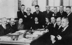 1978-2600 Groepsportret van docenten van het Joodsche Lyceum aan de Speelmanstraat. V.l.n.r. zittend: M. Winkel ...