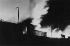 1979-2279 Grote zwarte rookwolken stijgen op na een bombardement op een olieopslagplaats bij de 1e Petroleumhaven.