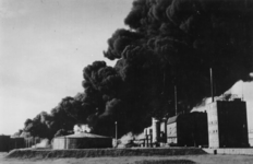 1979-2280 Brand in de Superfosfaatfabriek te Vlaardingen na een Duitse bombardement.