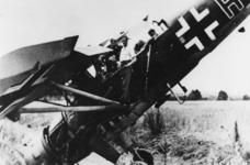 1980-1705 Een verongelukt Duits vliegtuig bij Rijksweg 13.