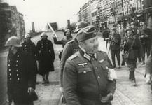 1980-373 14 mei 1940, 15.50 uur. Links drie van de mariniers, die onder de noordelijke oprit van de Willemsbrug hadden ...