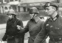 1980-374 Na de overgave van Rotterdam begeeft kolonel P.W. Scharroo (midden) zich van de Van der Takstraat op het ...