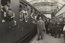 1985-132 Kinderuitzending van het station Delftse Poort naar de Oostmark in Oostenrijk. De trein staat gereed voor het ...