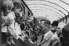 1985-133 Kinderuitzending van het station Delftse Poort naar de Oostmark in Oostenrijk. De trein staat gereed voor het ...