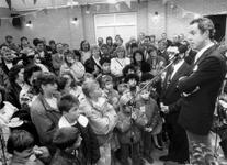 1988-2907 De cabaretier Jos Brink spreekt een groep mensen toe in de kantine van speeltuinvereniging Het Brabants Dorp ...